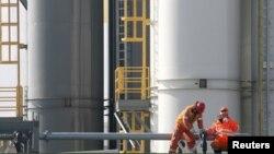 Нефтяники на буровой установке на шельфе острова в северной части Каспийского моря, в районе месторождения Кашаган. 11 октября 2012 года.