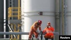 Рабочие на нефтяном месторождении на шельфе Каспия. Иллюстративное фото.