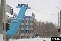 «АрселорМиттал Теміртау» компаниясы ғимараты алдындағы жазу.