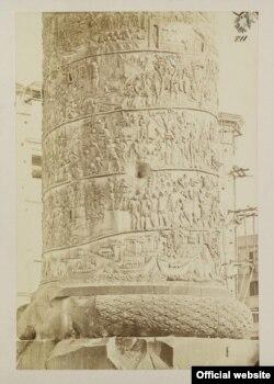 Fotografie a Columnei lui Traian la 1867-70 făcută de John Henry Parker (© Victoria & Albert Museum)