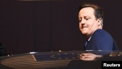 Британский премьер Дэвид Кэмерон садится в свой автомобиль. Брюссель, 19 февраля, раннее утро