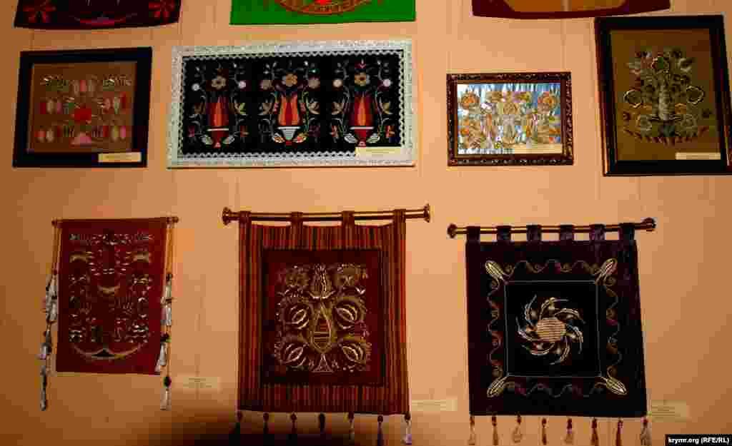Экспозиция представила около 100 экспонатов традиционного крымскотатарского шитья