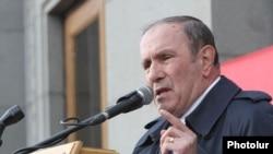 Лидер армянского оппозиционного движения, экс-президент страны Левон Тер-Петросян на митинге в Ереване. 1 марта 2014 года.