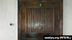 Дверь квартиры, где жил Владимир Жириновский. Алматы, 28 января 2012 года.