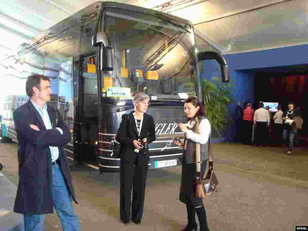 НАТО басқосуы барысында журналистерді осындай автобустар тасымалдады. Страсбург, 3 сәуір 2009 жыл. - На таком автобусе развозили журналистов в Страсбурге во время саммита НАТО. 3 апреля 2009 года.