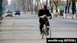 Велосипед тепкен адам. Өзбекстан, 2012 жыл. (Көрнекі сурет)