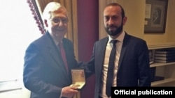 U.S. -- U.S. Senate majority leader Mitch McConnell meets with Armenian parliament speaker Ararat Mirzoyan, Washington, July 16, 2019.