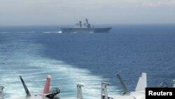 """АКШнын """"F/A-18F Super Hornets"""" тибиндеги аскерий учактары Жорж Вашингтон атындагы """"Nimitz-class USS"""" кемесинен абага көтөрүлүүгө даярданышууда. 26-июль 2010"""