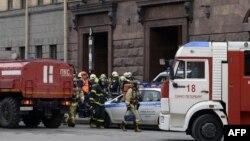 Спасатели возле станции метро «Технологический институт», Санкт-Петербург, Россия, 3 апреля 2017 года