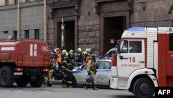 Правоохоронці і пожежники біля входу на станцію метро «Технологічний інститут» у Санкт-Петербурзі, Росія, 3 квітня 2017 року