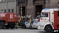Працівники рятувальних служб біля входу до станції метро «Технологічний інститут», де стався вибух. Москва, 3 квітня 2017 року