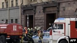 Пожарные и МЧС возле места теракта сразу после взрыва