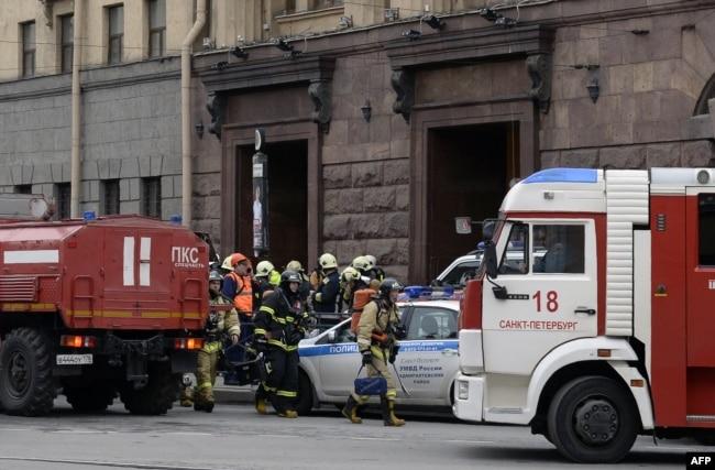 Спасатели у входа в метро