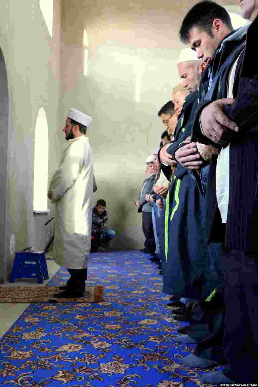 Праздничный намаз провелзаместитель муфтия мусульман Крыма Эсадуллах Баиров.
