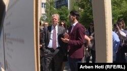 Ambasadori i SHBA-së në Kosovë gjatë ekspozitës së komunitetit LGBTI