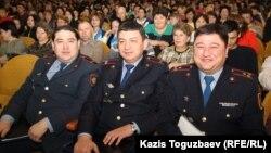 Қала әкімімен кездесуге келген адамдар. Алматы, 19 ақпан 2015 жыл.