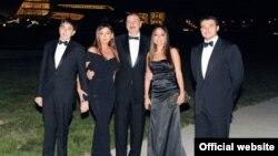 Слева направо: Гейдар Алиев-младший, Мехрибан Алиева, Ильхам Алиев, Лейла Алиева и Эмин Агаларов на открытии Центра Гейдара Алиева. Фото president.az