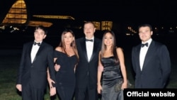 Soldan sağa: Heydər Əliyev, Mehriban Əliyeva, İlham Əliyev, Leyla Əliyeva və Emin Ağalarov. Heydər Əliyev Mərkəzinin açılışı zamanı çəkilmiş foto (President.az)