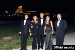 Ильхам Алиев (в центре) с женой Мехрибан, сыном Гейдаром (слева) и дочерью Лейлой (вторая справа).