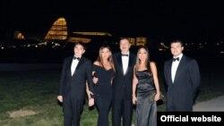 Президент Азербайджана Ильхам Алиев (в центре) с членами своей семьи.