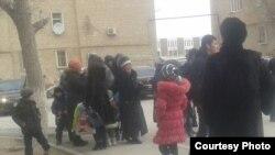 Родственники, друзья и коллеги-нефтяники встречают активиста забастовки нефтяников Максата Досмагамбетова из заключения. Любительское фото. Жанаозен, 21 февраля 2015 года.