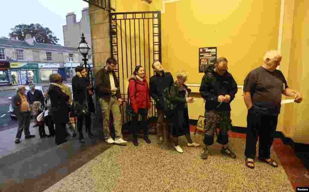 Портобелло, окрестности Эдинбурга: люди начали собираться около участков для голосования еще до их открытия