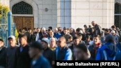 Казакстандык мусулмандар Курман айт намазын мечитке барып окушат. 2015-жыл