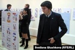 Mesqueunblog көрмесіне келген адамдар. Астана, 1 қараша 2012 жыл.