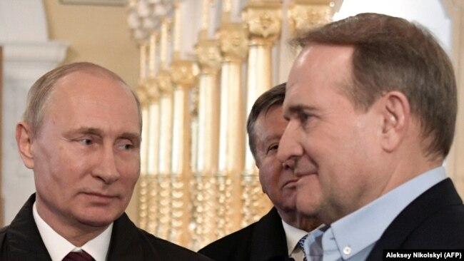 Владимир Путин (л) и Виктор Медведчук (п)