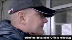 Колишній суддя Дніпровського районного суду міста Києва Микола Чаус біля будівлі суду в Кишиневі