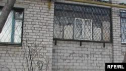 Куәгер қыз осы үйдегі пәтерде қаза болған. Ақтөбе, 1 сәуір 2010 жыл.