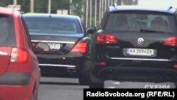 Авто журналістів на Обухівській трасі обігнав кортеж із двох автівок, яким користується Аваков
