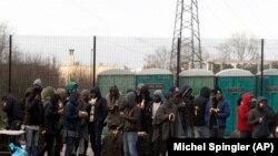 فعالان حقوق مهاجران از پناهجویان کاله با غذای رایگان پذیرایی می کنند