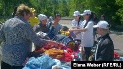 На ярмарке для малоимущих семей. Темиртау, 29 мая 2013 года.