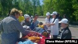 Жағдайы төмен отбасыларға арналған жәрмеңкеге келген жұрт. Теміртау, 29 мамыр 2013 жыл. Көрнекі сурет