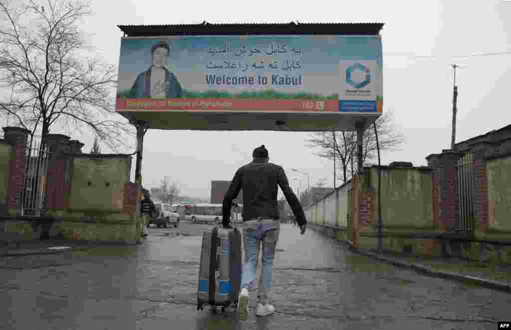 Дэпартаваны зь Нямеччыны аўганскі ўцякач у міжнародным аэрапорце ў Кабуле.