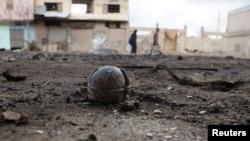 Սիրիա - Չպայթած կասետային ռումբ կառավարական օդուժի կողմից ապստամբների վերահսկողության տակ գտնվող ալ-Ղարիյա ալ-Ղարբիյա բնակավայրի ռմբակոծությունից հետո, Դերաա նահանգ, փետրվար, 2016թ.