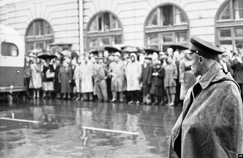 Moskovski policajac posmatra gomilu ljudi koji su se okupili ispred Kuće sindikata u Moksvi, 17.avgusta 1960, pred početak suđenja za špijunažu.