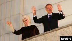 Туркия Бош вазири Ражаб Тоййиб Эрдўғон рафиқаси Эмине хоним билан, Анқара, 2014 йилнинг 30 марти.