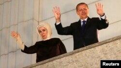 Турецький прем'єр Ердоган і його дружина Еміне вітають прихильників, 30 березня 2014 року