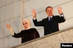 Ердоған мен әйелі Әмина сайлаушыларымен амандасып тұр. Анкара, 30 наурыз 2014 жыл.