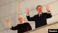 Реджеп Тайїп Ердоган (п) і його дружина Еміне (л)