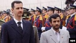 محمود احمدی نژاد، در فرودگاه طی مراسمی رسمی از آقای اسد استقبال کرد.
