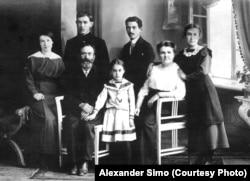 8-річна Олена Сімо (в центрі) з родиною, 1914 рік