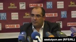 Генеральный секретарь Национального олимпийского комитета Армении Грачья Ростомян во время пресс-конференции, Ереван 26 мая 2015 г.