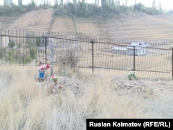 На православном кладбище в Ала-Букинском районе Джалал-Абадской области. 19 октября 2016 года.
