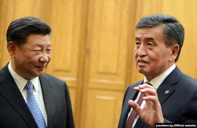 Президент Кыргызстана Сооронбай Жээнбеков (справа) и глава Китая Си Цзиньпин.