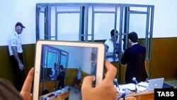 Журналісти спостерігають за засіданням через відеотрансляцію