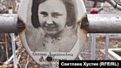 Портрет погибшей девочке на братской могиле