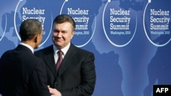 Виктор Янукович и Барак Обама на саммите по ядерной безопасности в Вашингтоне, 12 апреля 2010